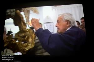 Кадр видеофрагмента Ю.Любимов в фойе театра на Таганке